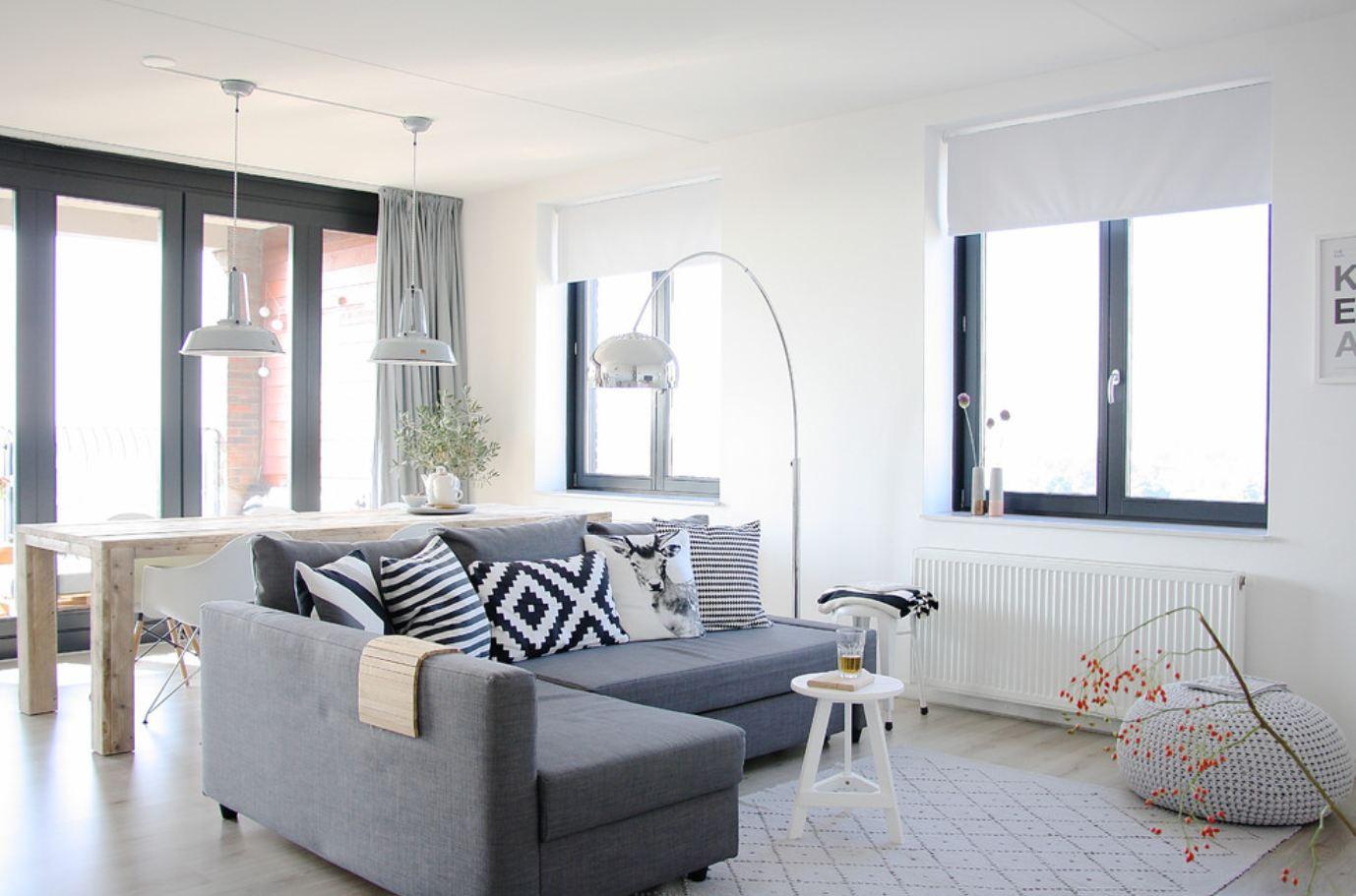 Серый диван в скандинавском интерьере