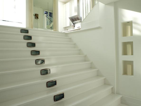 Интерьер прихожей с лестницей