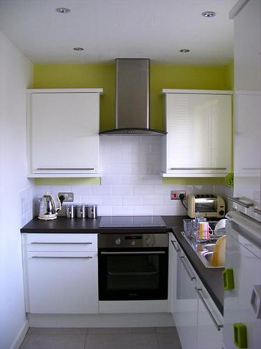 интерьер узкой кухни