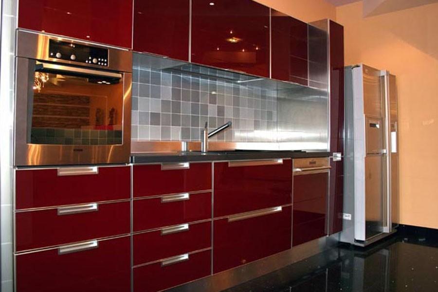 Кухня бордового цвета фото